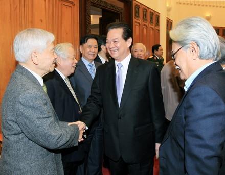 Thủ tướng gặp gỡ thành viên Chính phủ các thời kỳ. Ảnh: MH