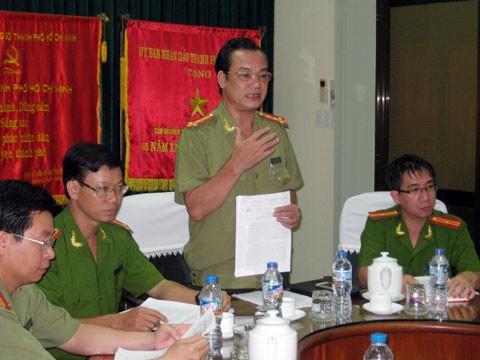 Đại tá Lê Anh Tuấn, Chánh văn phòng công an TP HCM trong buổi họp báo. Ảnh: Quốc Thắng.