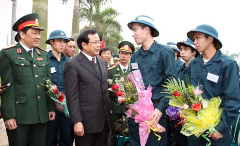 Bí thư Thành ủy Phạm Quang Nghị dặn dò tân binh trước giờ xuất phát.