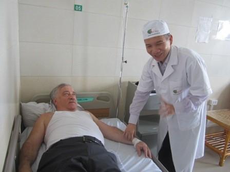 Bác sỹ Hoàng Xuân Ba khám cho một bệnh nhân ngoại quốc