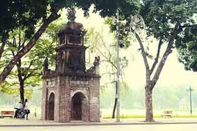 Tháp Hoà Phong mang vẻ đẹp và tâm hồn của người Hà Nội đã hơn 200 năm nhưng hiện nay đang bị tàn phá nặng nề với những dòng tâm sự vô ý thức của các bạn trẻ.