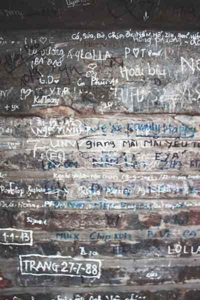 Màu gạch trần rêu phong mang lại cảm xúc hoài cổ giữa lòng Hà Nội đang dần bị thay thế bởi các vết bút xóa, bút dạ cùng những dòng tâm sự vô duyên.