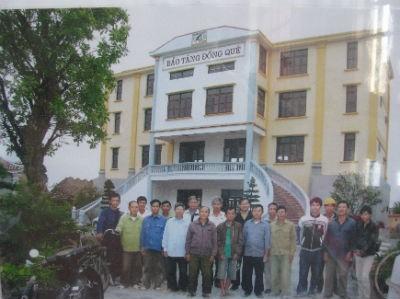 Một số người thợ xây đã từng đi xây đảo Trường Sa chụp ảnh lưu niệm trước Bảo tàng đồng quê