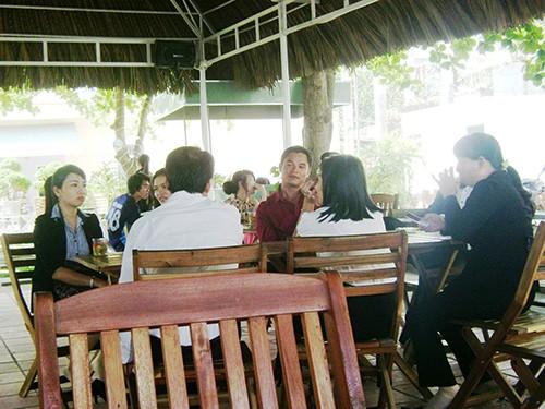 Nhiều công chức la cà hàng quán trong giờ hành chính (Ảnh chụp lúc 9 giờ ngày 25-3  tại quán Tí Tách, TP Tuy Hòa). Ảnh: HỒNG ÁNH