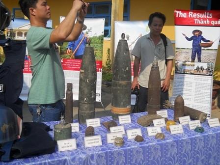 Những vỏ quả bom mìn còn sót lại sau chiến tranh được trưng bày cho học sinh xem.