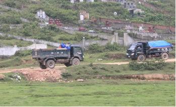 Các phương tiện chở đất vẫn ra vào chở đất tại khu vực Rú Rậm dù đã hết thời hạn khai thác