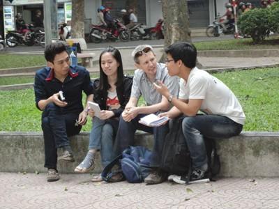 Xóa bỏ đi rào cản ngượng ngùng, những sinh viên đến từ khoa Du lịch này nói chuyện một cách rất thoải mái với vị khách nước ngoài.