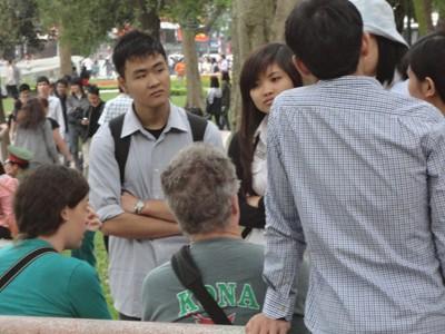 Các bạn sinh viên cho rằng nói chuyện với Tây không chỉ nâng cao trình độ tiếng Anh mà còn hiểu biết nhiều thêm về nền văn hóa của họ để thu thập kinh nghiệm hướng dẫn viên sau khi ra trường.