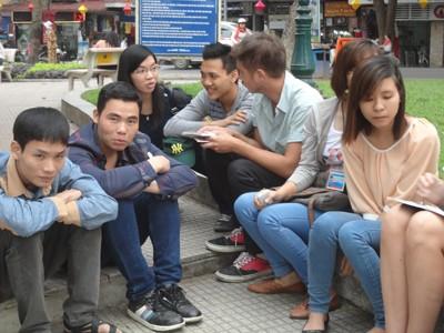 Năm bắt được sự tò mò về con người Việt Nam của những khách Tây nhóm sinh viên này ngồi xuống trao đổi văn hóa Việt Nam cho họ bằng tiếng Anh.