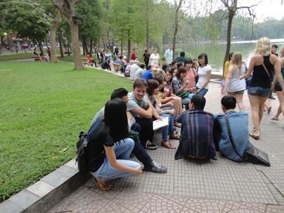 Sinh viên sẵn sàng xếp hàng dài để nói chuyện với khách Tây. Bình Dương (sinh viên ĐH Sư phạm Hà Nội) mỗi khi cuối tuần lại lên Bờ Hồ để được nói chuyện với khách Tây, bạn chia sẻ: