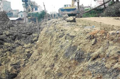 Con đê sông Ngũ Huyện Khê vừa là đường giao thông của 2 xã có nguy cơ bị cắt nát cho DN xây chợ.