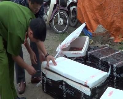 Tổ công tác phát hiện một chiếc taxi hãng taxi Nội Bài chở nội tạng thối.