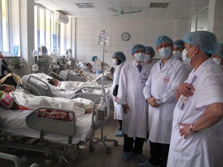 Các ca nghi ngờ nhiễm, ca nhiễm cúm A/H7N9 phải cách ly hoàn toàn, phải đeo khẩu trang ngoại khoa ngay cả khi ở trong phòng bệnh. Trong ảnh, Thứ trưởng Bộ Y tế thị sát tình hình kiểm soát dịch bệnh tại BV Bệnh Nhiệt đới T.Ư. Ảnh: H.Hải