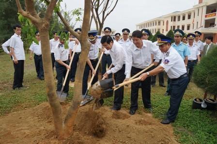 Chủ tịch nước Trương Tấn Sang trồng cây lưu niệm tại Cảnh sát biển Vùng 2.