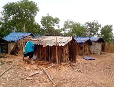 Những căn nhà xiêu vẹo được các em và phụ huynh của mình dựng lên để tránh mưa, tránh gió,...