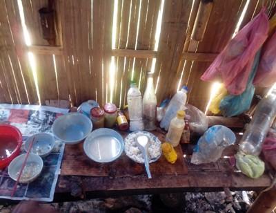 Khu bếp của các em lèo tèo vài lọ muối, 1 bát cơm trắng và 1 nước cơm cho muối vào.