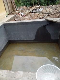 Bể chứa nước dùng chung cho cả giáo viên và học sinh thường xuyên thiếu nước vào mùa khô, do bể chứa nước của trường quá nhỏ.