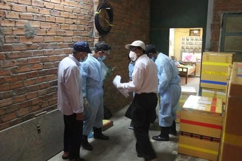 Cán bộ thú y tiến hành phun thuốc tiêu hủy đàn yến bệnh H5N1. Ảnh: Q.K.