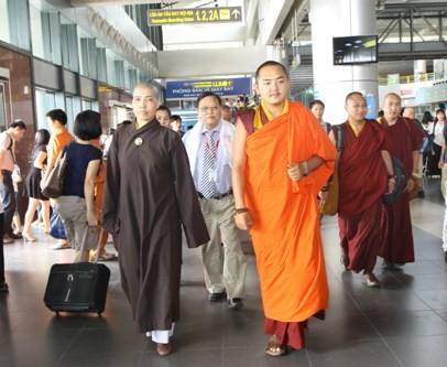 Nhiếp chính vương cùng đoàn tại sảnh sân bay Nội Bài