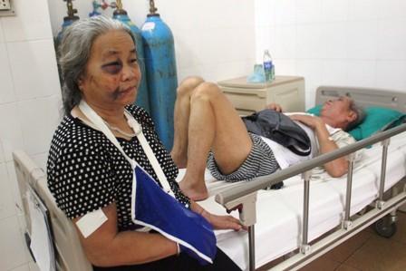 Bà Hà Thị Bai (71 tuổi, Sơn La) và ông Hà Tành đang được cấp cứu tại khoa Chấn thương chỉnh hình
