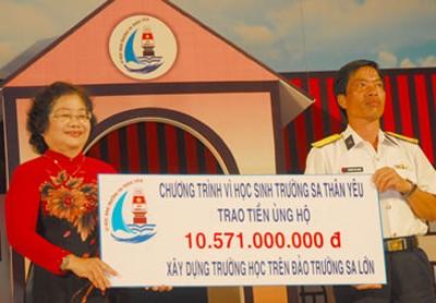 Bà Trương Mỹ Hoa, Trưởng ban chỉ đạo chương trình trao séc tượng trưng cho ông Nguyễn Viết Thuân, Phó Chủ tịch UBND huyện Trường Sa. Ảnh: Pháp Luật TP.HCM