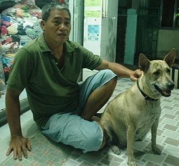 Ông Lạc bên chó Beo được mang về từ đảo Phú Quốc
