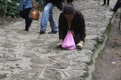 Họ xuất phát từ chân núi Yên Tử từ rất sớm trong trang phục màu nâu của một phật tử để tiến hành chặng đường lên Yên Tử của mình. Chặng đường gian truân lên chùa Đồng kéo dài mấy ngày nên buộc họ phải mang thức ăn theo bên mình.