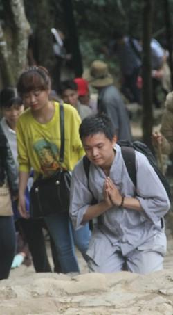 Nam thanh niên tỏ vẻ rất thành tâm, thể hiện khát vọng chinh phục chùa Đồng của mình.