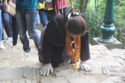 Do đường lên chùa toàn đá nên họ phải dùng găng tay để không bị chầy xước.