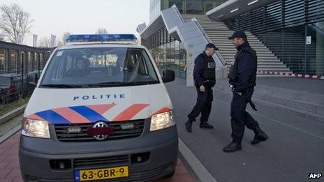 Cảnh sát Hà Lan tại một điểm trường chính ở Leiden.