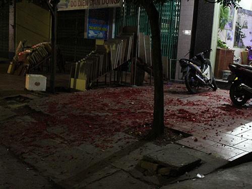 Xác pháo trước sân nhà một người dân ở Hải Dương.