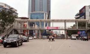 """""""Điển hình"""" của sự lãng phí mới nhất là kế hoạch di dời hai cây cầu vượt cho người đi bộ trên đường Nguyễn Chí Thanh và Trần Khát Chân. Ảnh minh họa"""