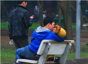 Cặp tình nhân hôn say đắm nơi công cộng bỏ mặc xung quanh