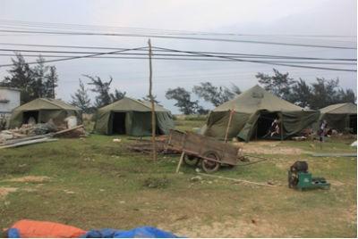 Khu lều chõng được dựng tạm bên đường để chờ xây nhà TĐC