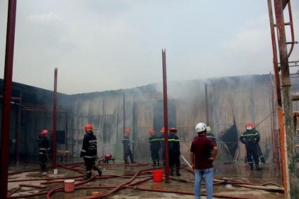 Cánh sát PCCC có mặt, vây kính dùng vòi rồng phun nước không cho lửa bùng lên, cháy lan
