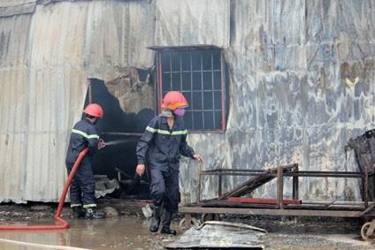 Lính cứu hỏa tích cực chữa cháy