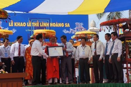 Bộ VHTT-DL trao bằng chứng nhận Di sản văn hóa phi vật thể quốc gia cho Lễ Khao lề thế lính Hoàng Sa cho huyện đảo Lý Sơn.