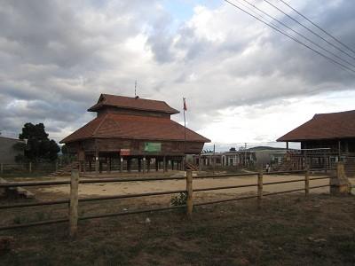 Nhà Rông làng Đắc Mế ven quốc lộ 40