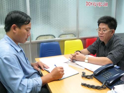 Cán bộ CĐ một doanh nghiệp tại KCX Linh Trung - TPHCM (phải) khiếu nại vì bị  chấm dứt HĐLĐ trái luật. Ảnh: BẢO NGỌC