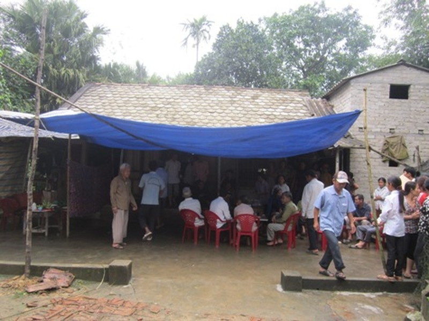 Người thân, xóm làng tới chia buồn với gia đình học sinh xấu số