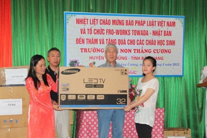Lãnh đạo báo PLVN và nhà tài trợ trao quà cho đại diện trường mầm non Thắng Cương