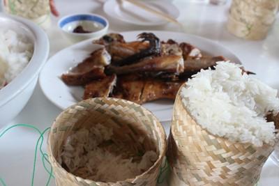 Món xôi trắng, món ăn hàng ngày của người Lào. Món ăn này không thể thiếu trong các bữa ăn và nhất là những dịp lễ tết. Do một phần vì đây là món ăn có thể giúp người dân nơi đây no lâu trong quá trình lao động, một phần vì đây là thứ gạo phổ biến và được trồng chủ yếu ở Lào, ngoài ra xôi còn là món ăn thể hiện sụ gắn kết của mỗi thành viên trong gia đình của người Lào. Gần đây thì nhiều người dân Lào đã đổi thành cơm tẻ ăn hàng ngày do ảnh hưởng từ Việt Nam, và một số nước xung quanh.