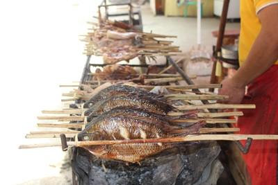 Món nướng từ cá và các loại chim. Người Lào rất thích ăn đồ nướng, vì đây là món ăn dễ dàng kết hợp với xôi, ăn rất nhanh, gọn gàng. Những món nướng này được tẩm bằng những thứ gia vị đặc trưng tạo nên mùi vị riêng của người dân nơi đây.