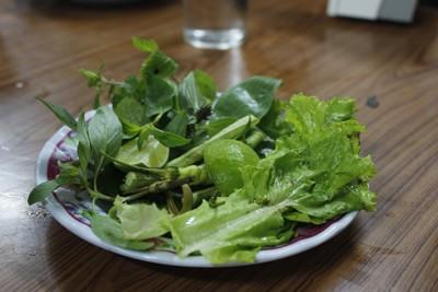 Những đĩa rau sống ăn kèm trong các bữa ăn, nhìn kỹ thì những đĩa rau này tuy chỉ có một nhánh lá rau thơm, nhưng người Lào vẫn buộc bằng lạt để thể hiện sự chăm chỉ, chịu khó, khéo léo của phụ nữ đất nước Triệu Voi.