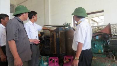 Trưởng ban Quản lý dịch vụ hậu cần nghề cá đảo Đá Tây Chu Minh Sơn giới thiệu với khách nhà xưởng sửa chữa tàu thuyền tại Trung tâm