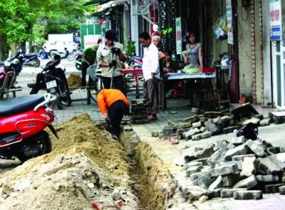 """Công nhân nhà máy nước vẫn tiếp tục đào bới trên tuyến đường Nguyễn Văn Cừ dù cho đã có khuyến cáo và xảy ra sự cố được cho là """"đáng tiếc"""""""