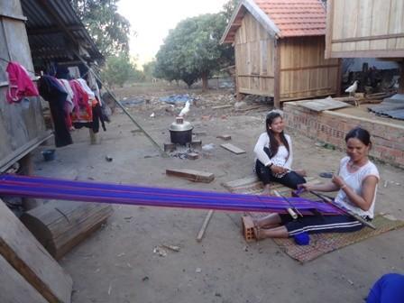 Hai chị em Y Nhung và Y Nhuần đang dệt vải và trao đổi với chúng tôi