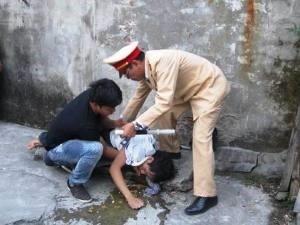 Thượng tá Lê Đức Đoàn trong một lần cứu sống nạn nhân nhảy cầu tự tử.