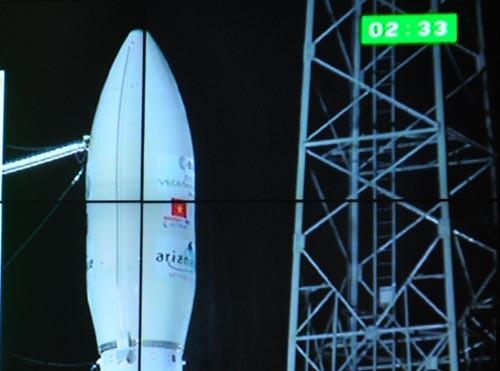 Vệ tinh mang Quốc kỳ Việt Nam gắn trên tên lửa đẩy VEGA trước khi phóng.