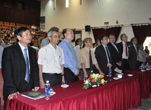 Các nhà khoa học theo dõi giây phút lịch sử của ngành khoa học vũ trụ Việt Nam từ Hà Nội